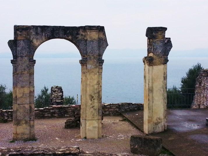 Le arcate del criptoportico della villa romana delle Grotte di Catullo, Sirmione