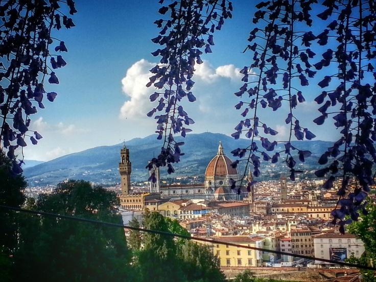 La vista su Firenze incorniciata dai glicini in fiore a Giardino Bardini