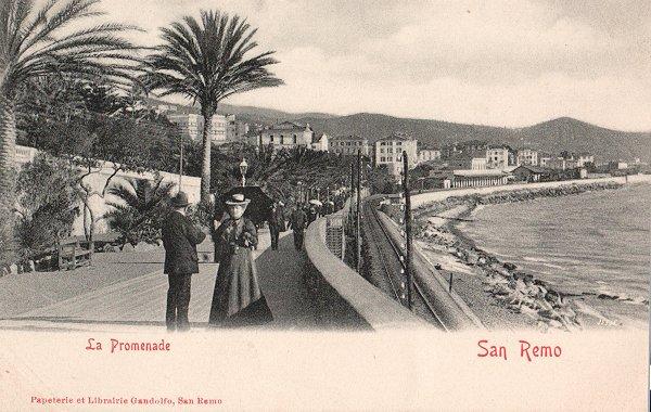 Cartolina con la Promenade di Sanremo e, sul lato mare, la ferrovia. Sullo sfondo si trova la stazione